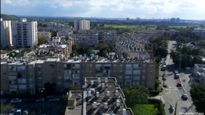 建物の屋上に、。太陽光エネルギー装置が所狭しと並ぶイスラエルの建物
