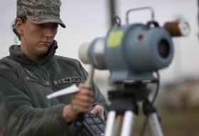 2011年3月24日、米軍横田基地で放射線量を測定する空軍医療班。